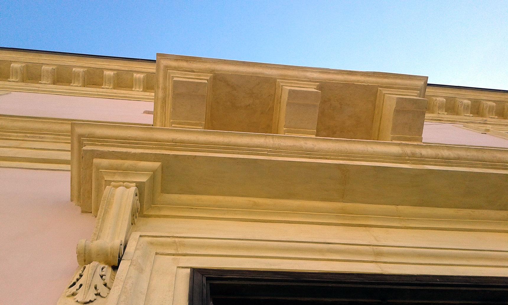 Particolare del restauro di elementi decorativi in pietra